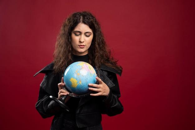 Mujer joven mirando el mundo.