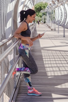 Mujer joven mirando su teléfono