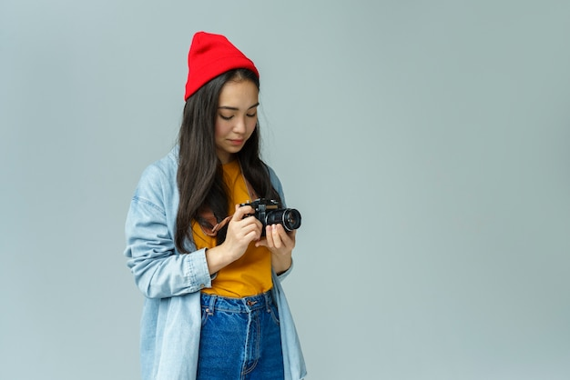 Mujer joven, mirar cámara del juez