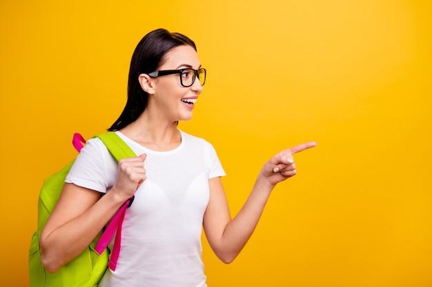 Mujer joven, con, mochila, y, libros