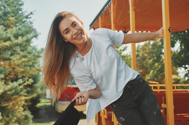 Mujer joven de moda despreocupada que disfruta de la aventura del verano