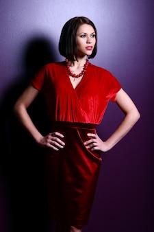 Mujer joven de moda y glamour