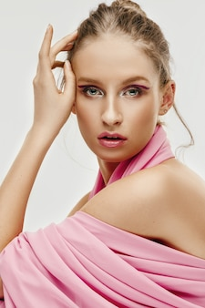 Mujer joven modelo con ojos y labios brillantes