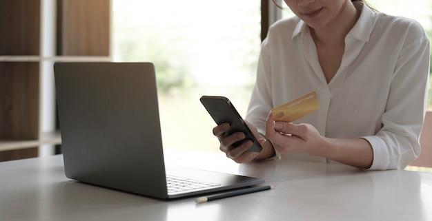 Mujer joven molesta que usa el servicio de banca en línea, problema con la tarjeta de crédito bloqueada, que usa la computadora portátil, niña irritada que controla el saldo, concepto de fraude en internet, quiebra o deuda, gasto excesivo