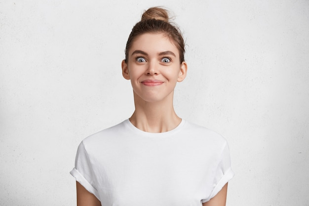 Mujer joven morena en camiseta blanca