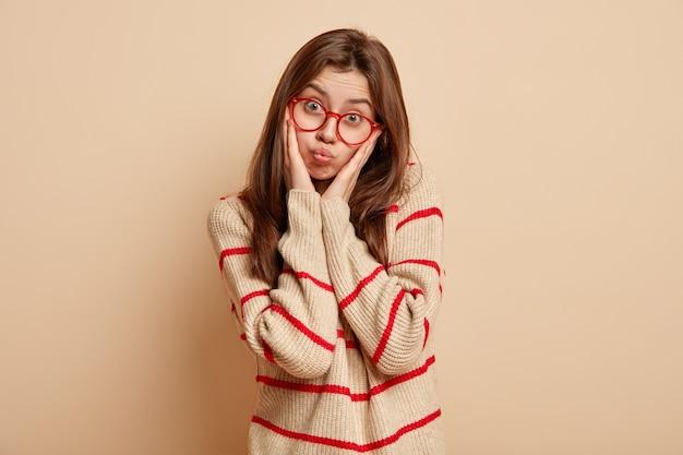 Mujer joven morena con gafas rojas