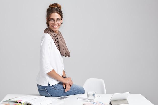 Mujer joven, morena, sentado, en el escritorio