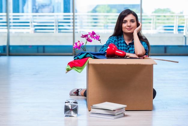 Mujer joven moviendo pertenencias personales