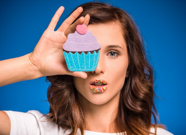Mujer joven con muffin