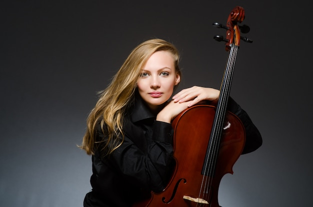 Mujer joven en musical