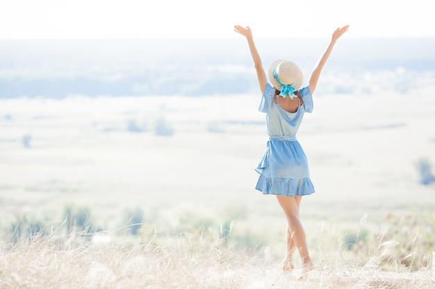 Mujer joven en la naturaleza libertad. mujer libre. lady admira la increíble vista natural. la mujer admira un paisaje.