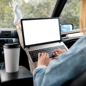 Mujer joven, navegación, computadora portátil