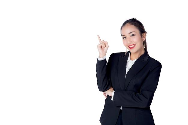 La mujer joven de negocios con el finger señala para arriba en el fondo blanco