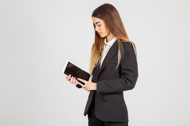 Mujer joven de negocios trabajando con tablet