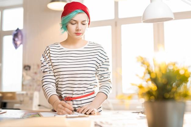 Mujer joven nerviosa que trabaja en el taller