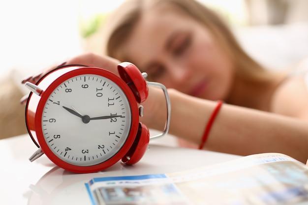 Una mujer joven no puede despertarse a las 7 de la mañana.