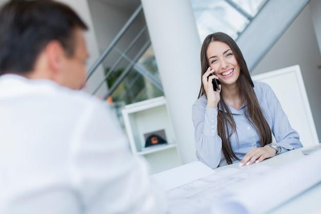 Mujer joven en la oficina
