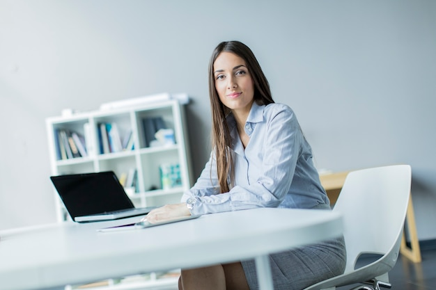 Mujer joven, en la oficina