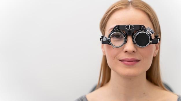 Mujer joven en ojos consultar
