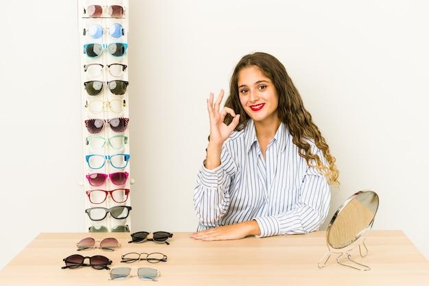 Mujer joven en un optometrista consultar