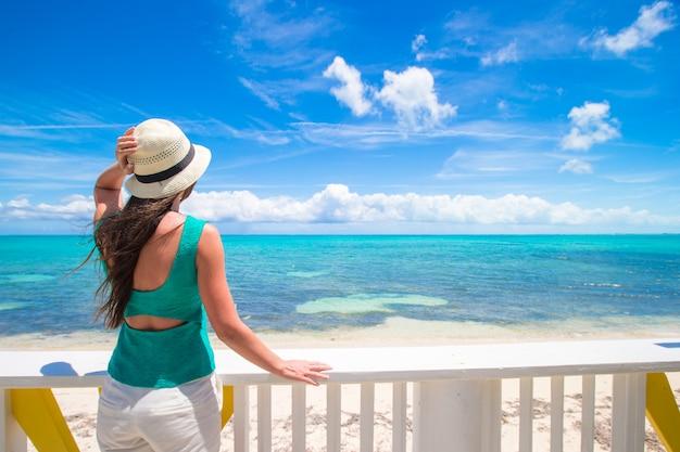 Mujer joven en la orilla del mar durante las vacaciones de verano