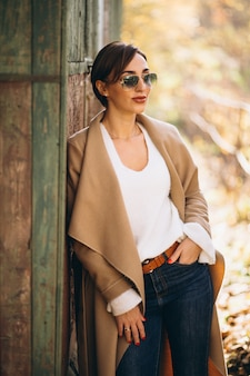 Mujer joven en el parque otoño