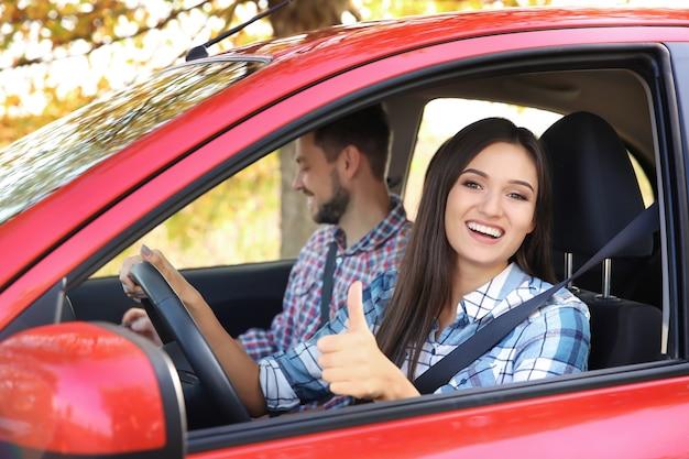 Mujer joven pasando el examen de licencia de conducir