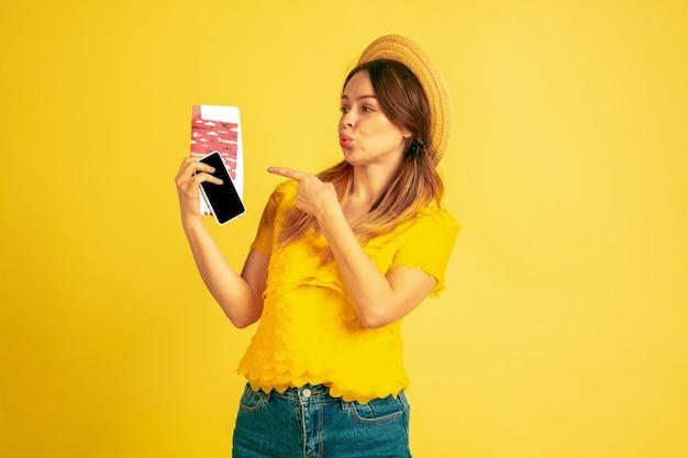 Mujer joven con pasaporte y billetes de avión