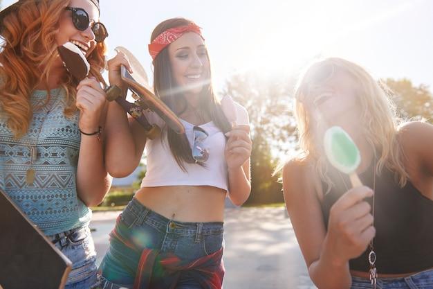 Mujer joven pasar tiempo juntos en skatepark