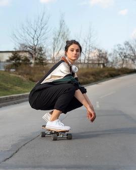 Mujer joven con patineta