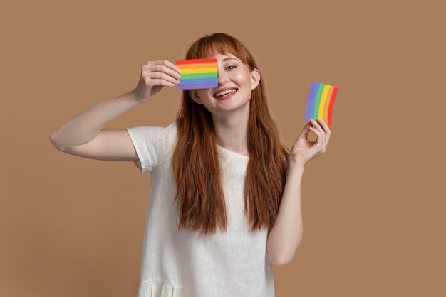 Mujer joven pelirroja con símbolo de arco iris