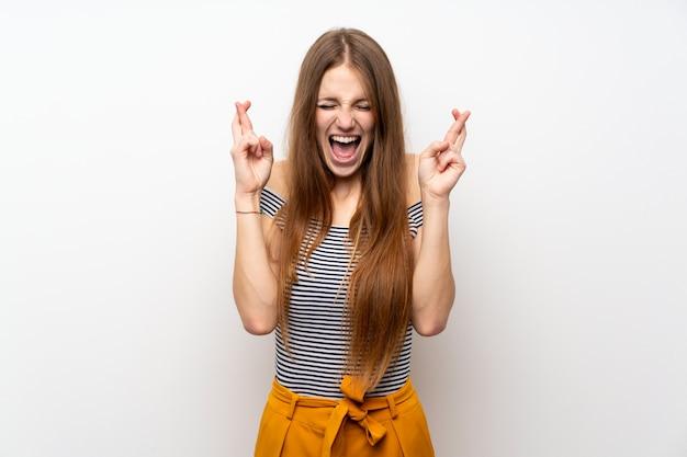 Mujer joven con pelo largo con dedos cruzándose