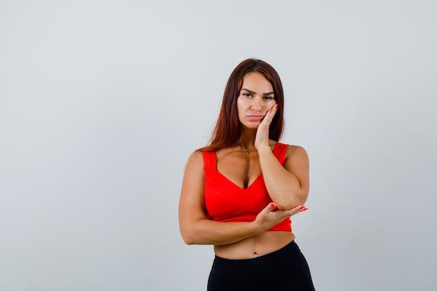 Mujer joven, con, pelo largo, en, un, naranja, camiseta sin mangas