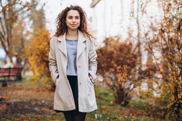 Mujer joven con pelo rizado en el parque