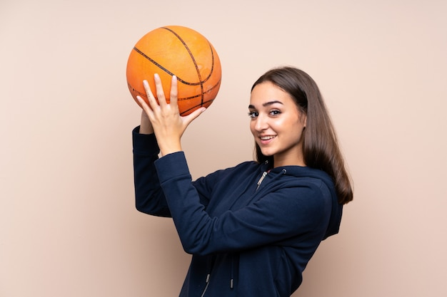Mujer joven con pelota de baloncesto