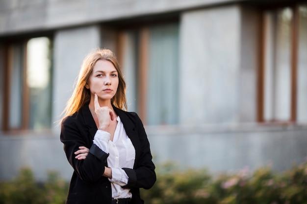Mujer joven pensante tiro medio