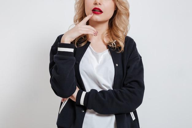 Mujer joven pensativa con el dedo en los labios