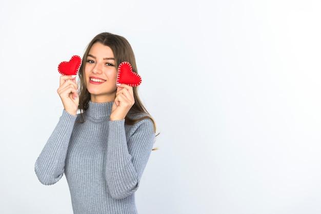 Mujer joven con pequeños corazones en las manos