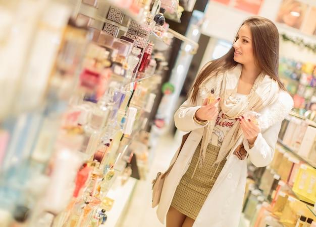 Mujer joven en la perfumería.