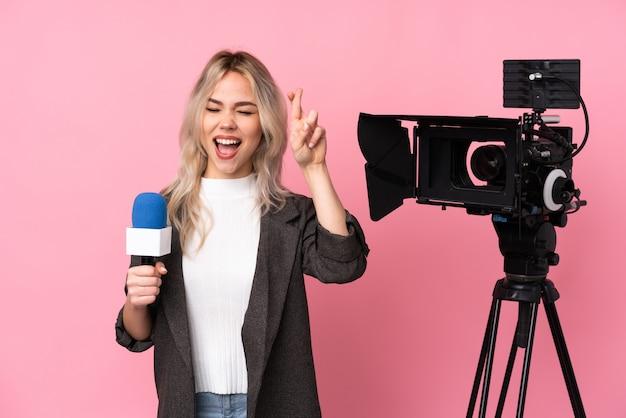 Mujer joven periodista sobre fondo aislado
