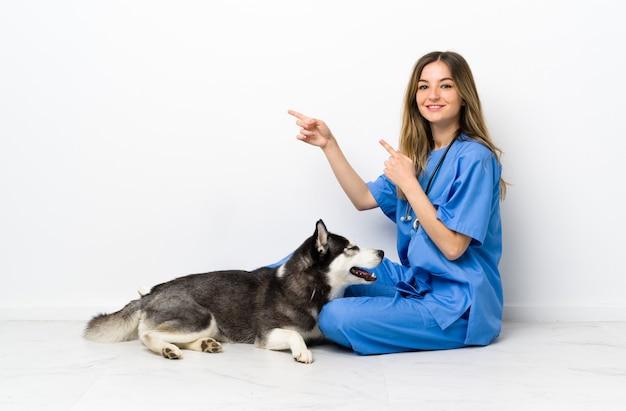 Mujer joven con perro