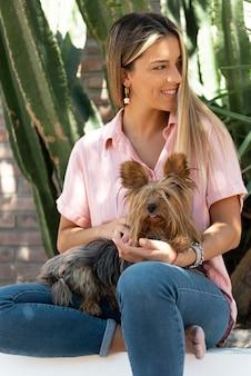 Mujer joven, con, perro
