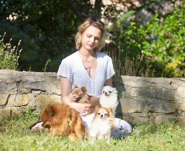 Mujer joven y perros