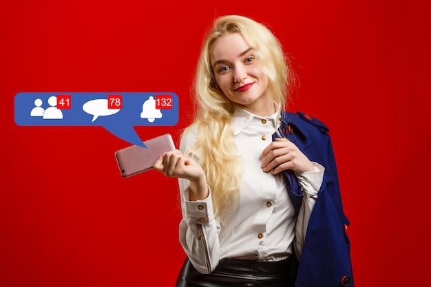 Mujer joven de pie con iconos de redes sociales