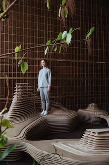 Mujer joven de pie sobre una plataforma de arte