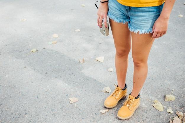 Mujer joven de pie sosteniendo una cámara