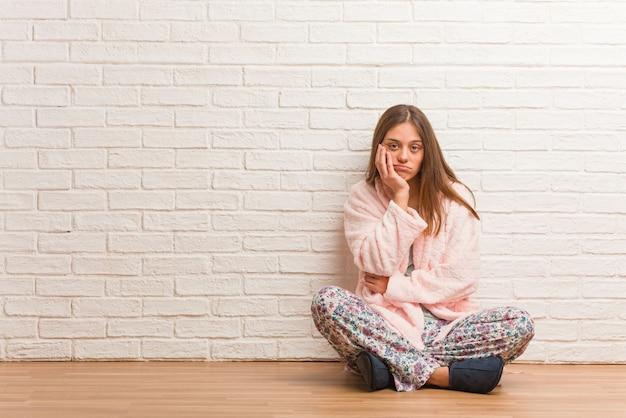 Mujer joven con pijama cansada y con mucho sueño.