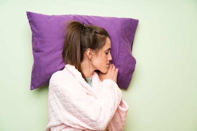 Mujer joven en pijama durmiendo