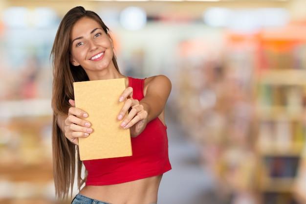 Mujer joven con una pila de libros