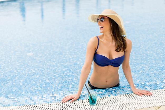 Mujer joven en la piscina